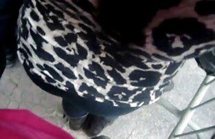 चश्मे के साथ सेक्सी फिल्म मूवी में गोरा उसे बिल्ली में चिपक जाता है