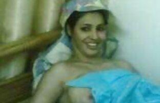 सोफे पर गोरा। सेक्सी मूवी फिल्म हिंदी में