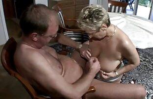 वह अपनी पत्नी का पैर चाटता है और मेज पर सेक्स सेक्सी हिंदी पिक्चर मूवी करता है ।